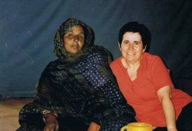 Tfarrah, madre de Koria, con Bienvenida Campillo en los campamentos (2008)
